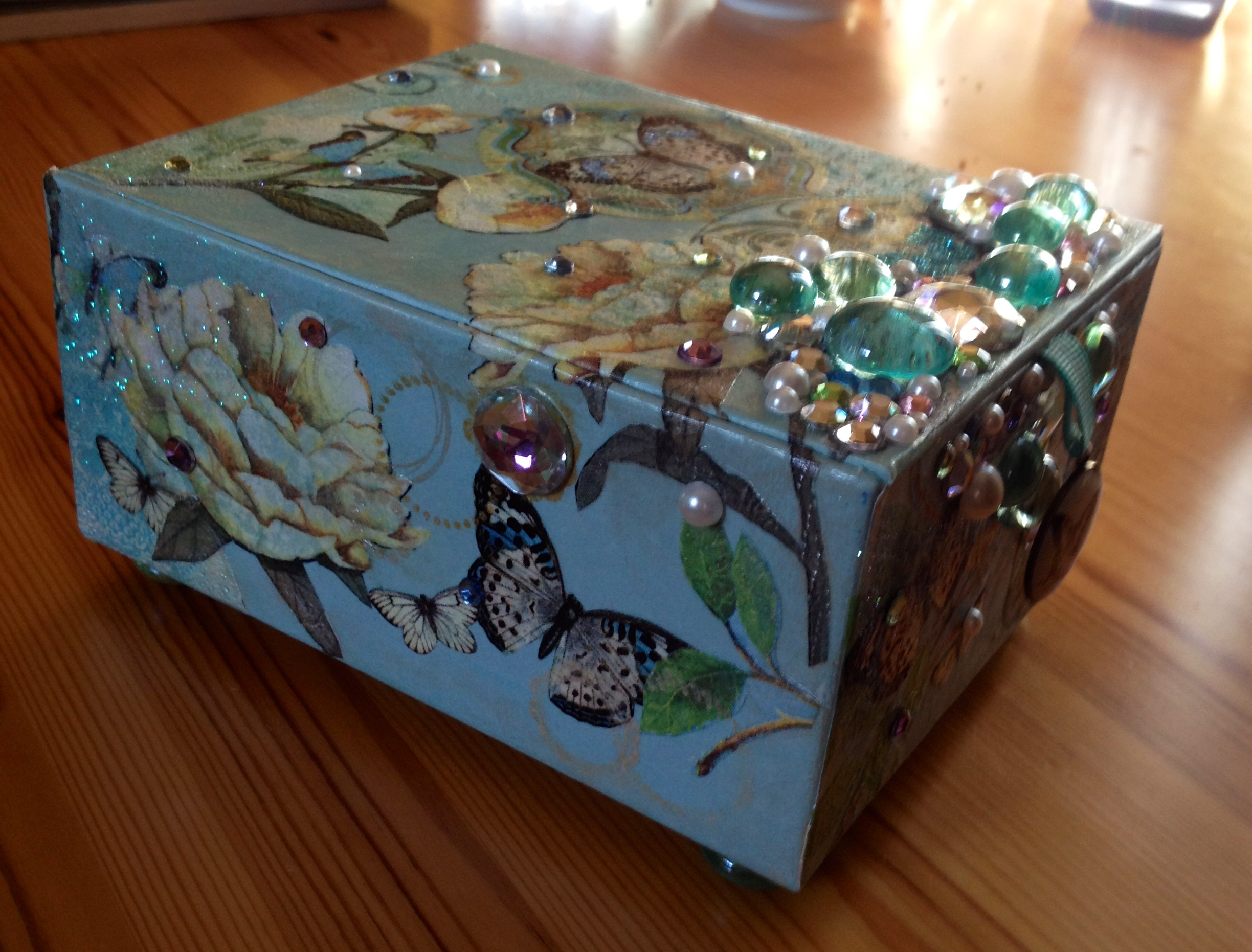 Cigar box decoupage chickielou for Cigar boxes for crafts